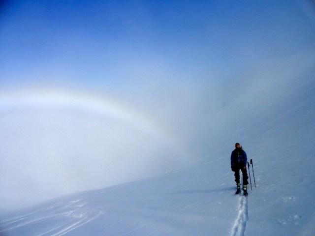 Oscar subiendo del Col de Audas, surgiendo de la niebla