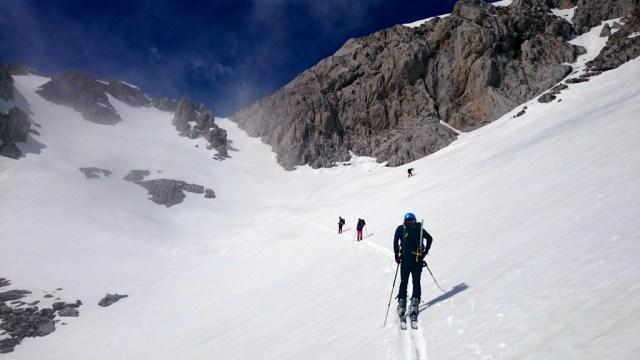 Subida por amplios campos de nieve