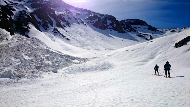 Subida por el valle , con un imponente alud desprendido de la zona del Pico Arnousse