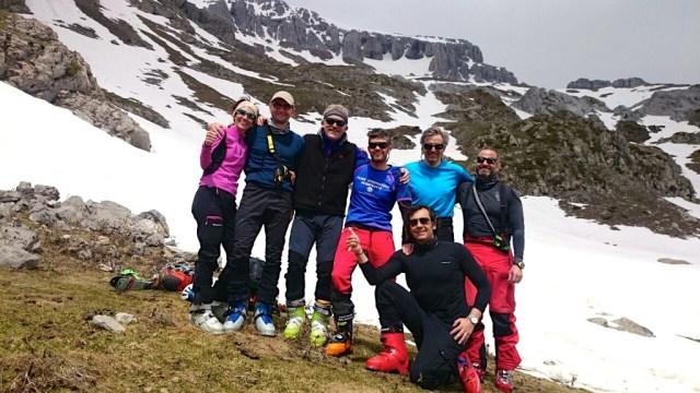 Foto de grupo, tras haber bajado esquiando