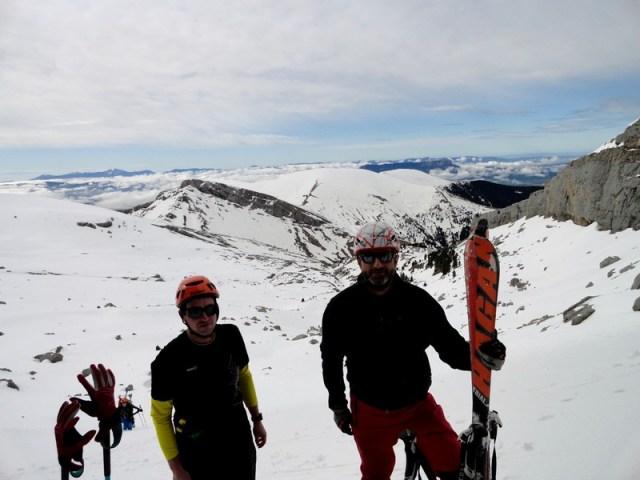 Oscar y Yeyo quitando esquís y poniendo crampones