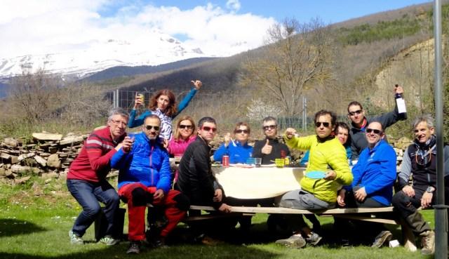 Comiendo y bebiendo tras un largo día de esquí de montaña
