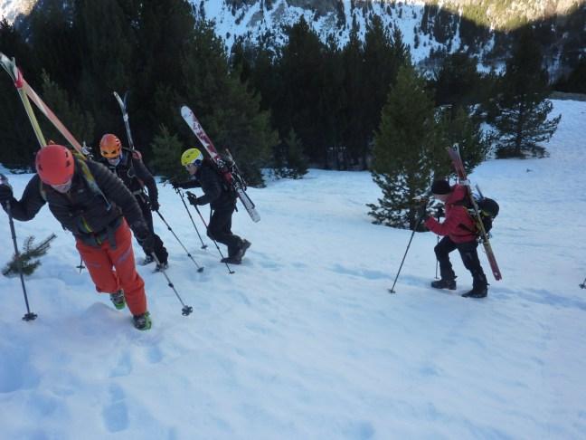 Primer tramo de porteo de esquís, a la salida del Balneario