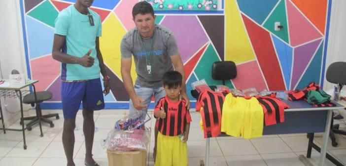 Prefeitura de Jacareacanga Entrega Material Esportivo para Escolhinha de Futebol, Clube Santa Cruz – Sub 12