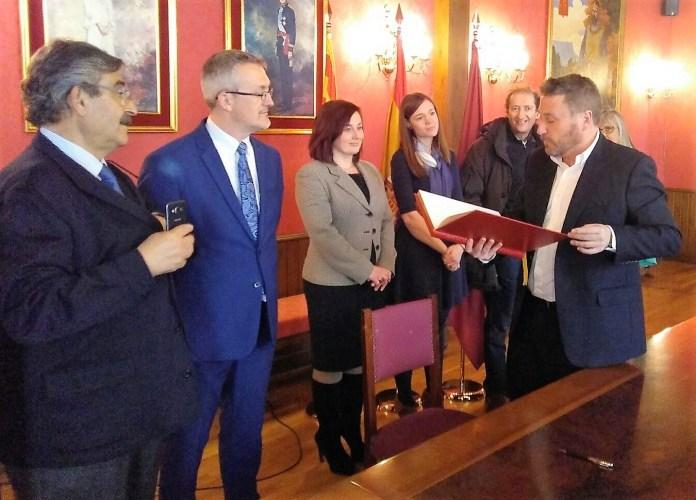 El consejero Soro firma en el Libro de Honor del Ayuntamiento.