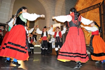 Actuación del conjunto etnográfico Das Mariñas de Ferrol en la Catedral de Jaca. (FOTO: Rebeca Ruiz)