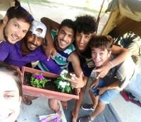 Gracia, junto a algunos refugiados