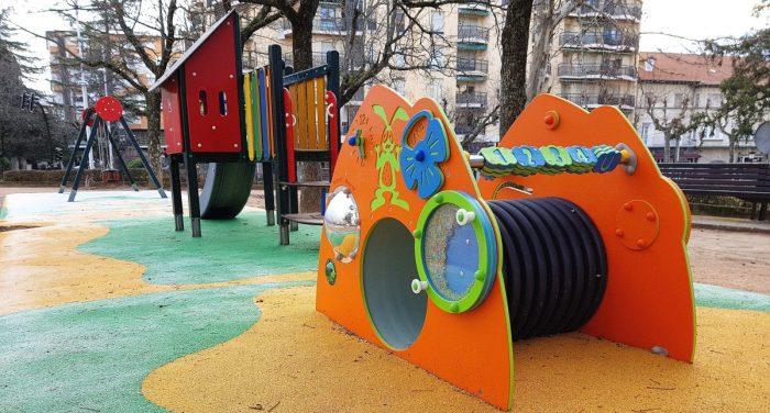 Juegos infantiles en Jaca. El PAR propone medidas de accesibilidad cognitiva para estos espacios (FOTO: Rebeca Ruiz)
