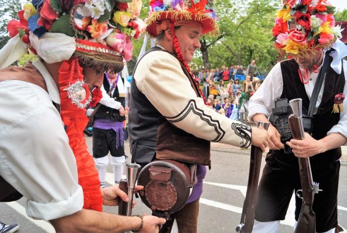 JACA. Preparados para la descarga. El Primer Viernes de Mayo, en una imagen de archivo, también se ha sufrido las consecuencias del Covid. (FOTO: Rebeca Ruiz)