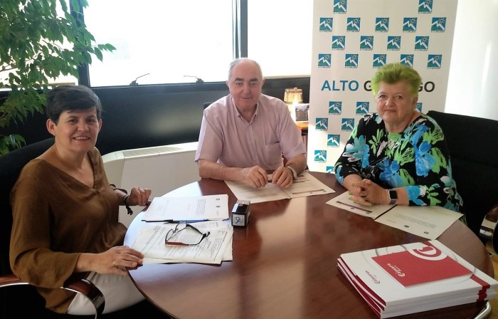 Nuevo impulso al desarrollo socioeconómico del Alto Gállego con acciones en distintos ámbitos. En la imagen (de archivo), Arruebo, Rodríguez y Briggs, durante la firma del convenio que se renueva anualmente.