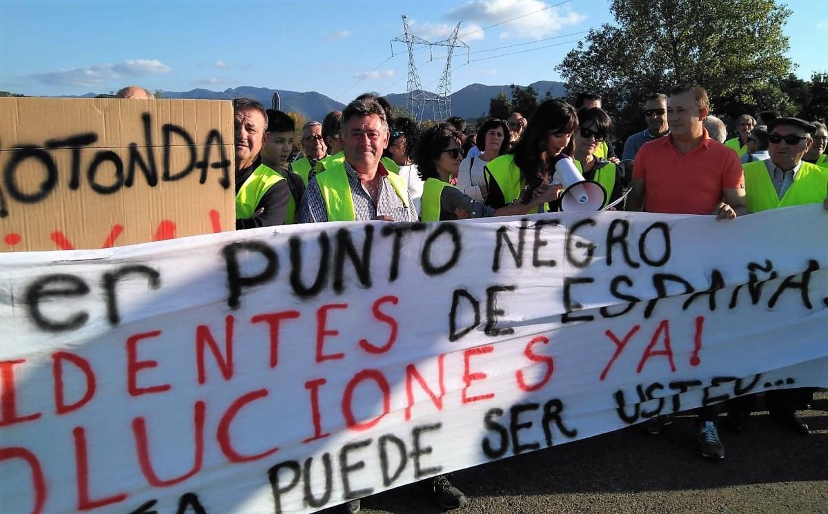 Unas cien personas cortan la N-330 para exigir más seguridad en el cruce de Aurín