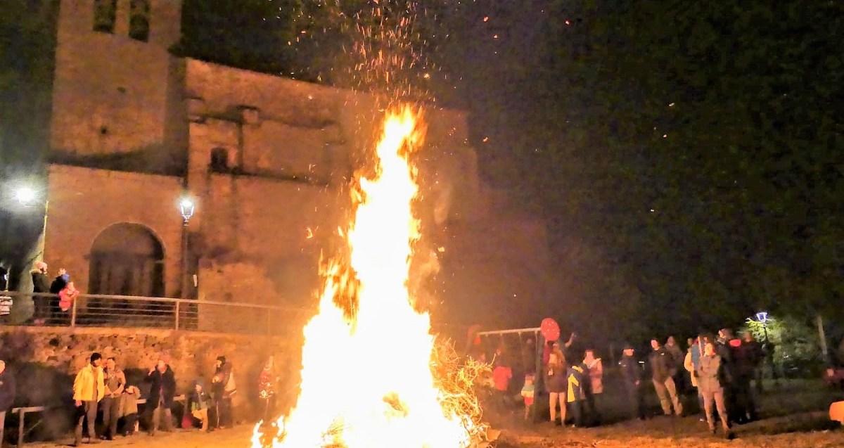 Ara se suma a las celebraciones de San Sebastián con una espectacular hoguera y una cena popular