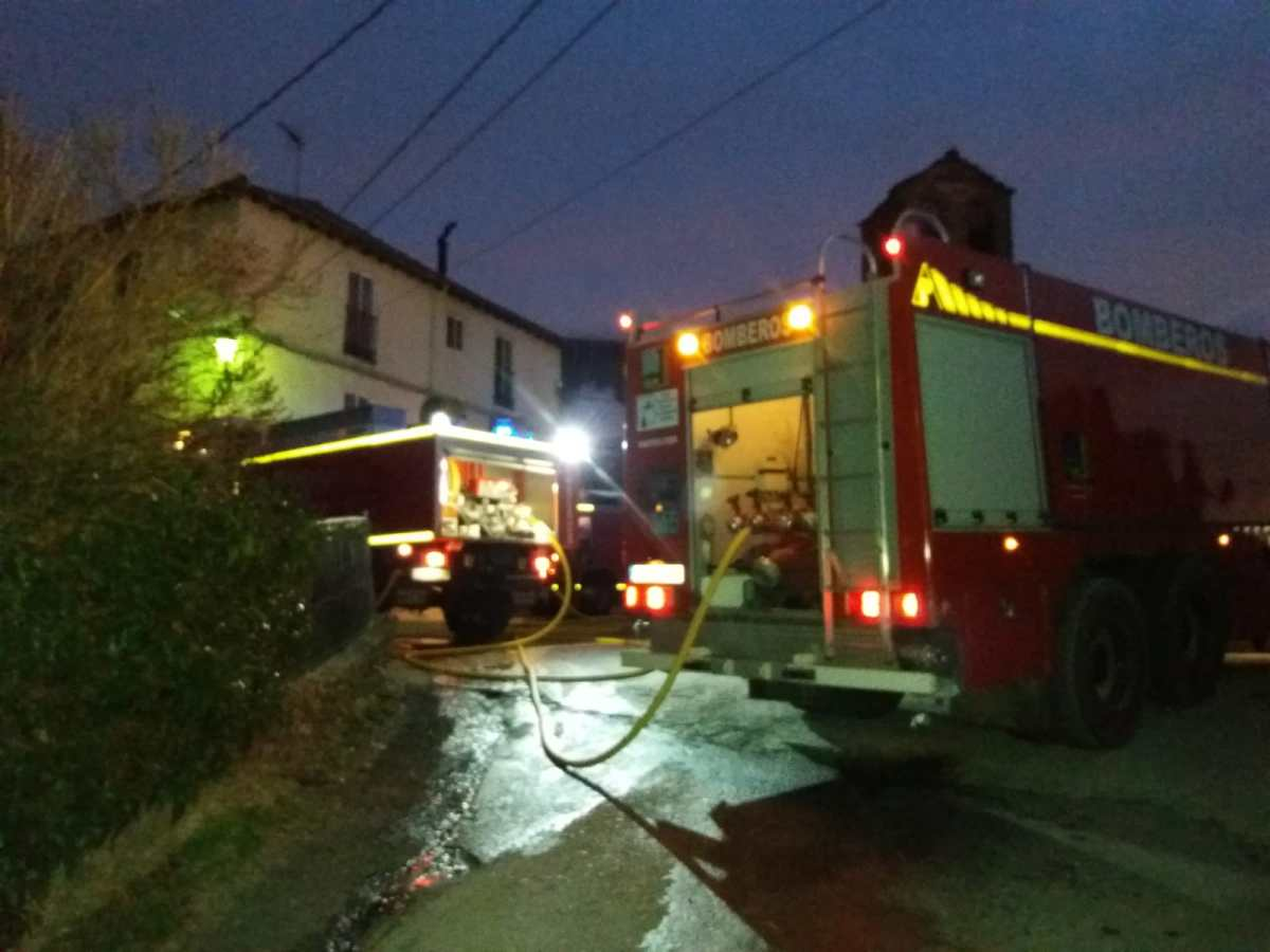 Una casa queda calcinada en Guasillo tras un impresionante incendio en el que no ha habido que lamentar daños personales