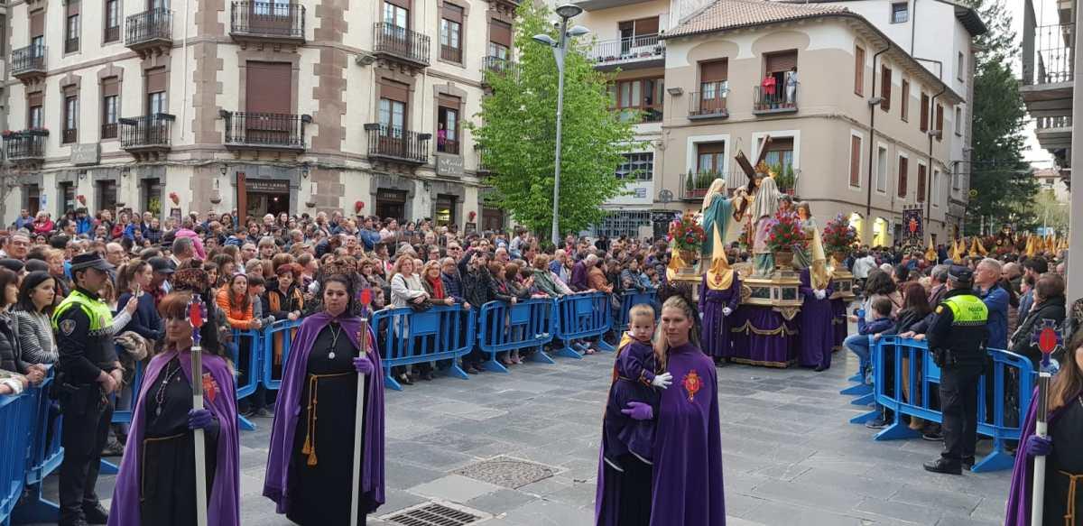 Miles de personas presencian en Jaca la procesión del Santo Entierro