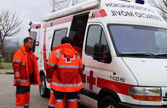 EN ACCIÓN. Cruz Roja, en una foto de archivo correspondiente al último macrosimulacro de la UME en la Jacetania (Foto: Rebeca Ruiz)
