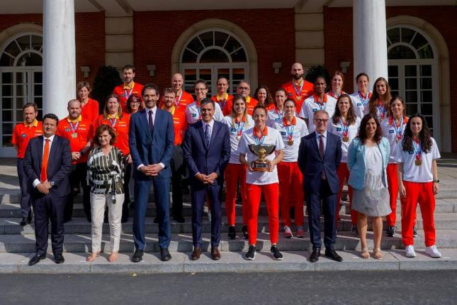 PALACIO. El presidente Sánchez recibió a la Selección en La Moncloa. (FOTO: Alberto Nevado/FEB)