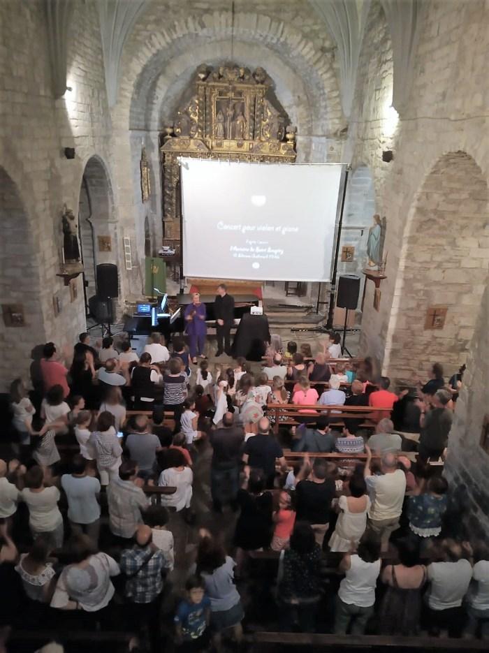 CASTIELLO. La iglesia de San Miguel Arcángel, durante el concierto.