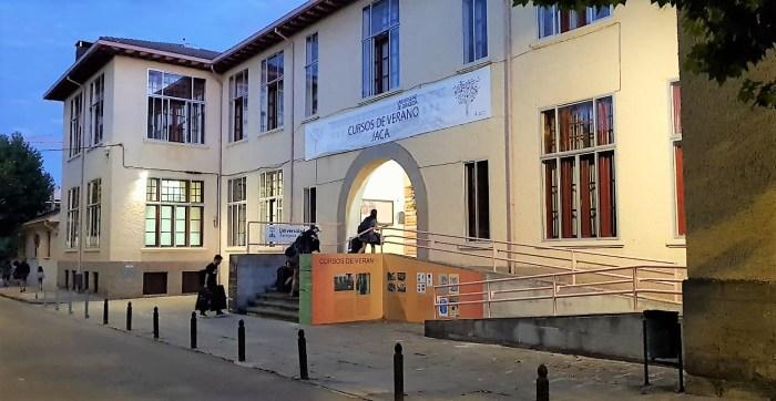Enseñar la historia del siglo XX, en los Cursos de Verano de la Universidad de Zaragoza en Jaca. En la imagen, de archivo, estudiantes llegando a la Residencia Universitaria de Jaca durante la última edición de los cursos, en 2020. (FOTO: Rebeca Ruiz)