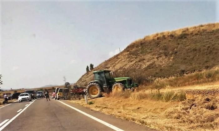 INCENDIO ENTRE PUENTE LA REINA Y BERDÚN. La ayuda de tractores ha sido vital para controlar el fuego.