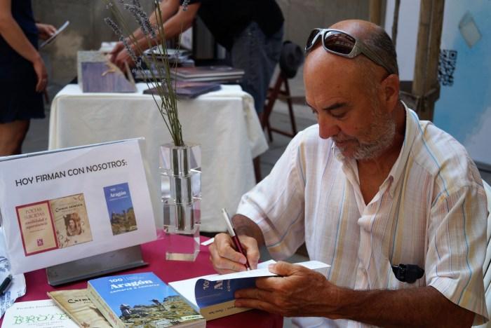 CHEMA TAPIA. El autor, firmando ejemplares de su libro en una imagen de archivo. (FOTO: Rebeca Ruiz)