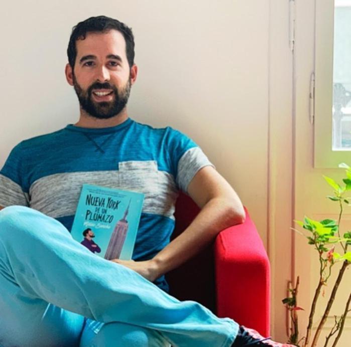 MATEO SANCHO. El autor, junto a su último libro.