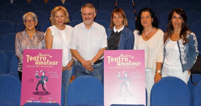 MUESTRA DE TEATRO AMATEUR VILLA DE BIESCAS. Miembros del comité, junto al cartel, durante la presentación del certamen. (FOTO: Rebeca Ruiz)