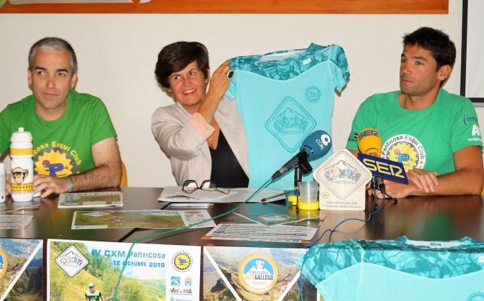 CXM DE PANTICOSA. La presidenta comarcal, Lourdes Arruebo, muestra la camiseta que le era entregada por el PEC. (FOTO: Rebeca Ruiz)