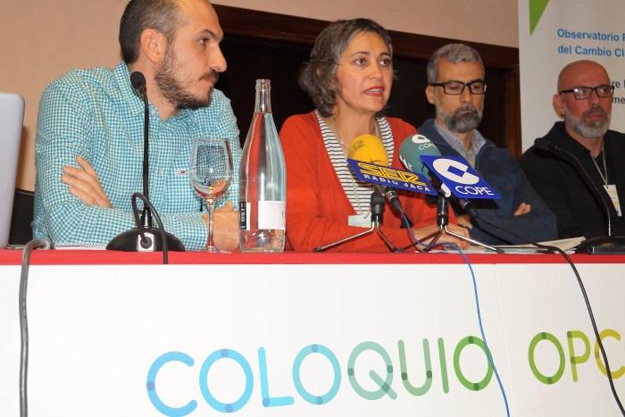 COLOQUIO. Intervención de Idoia Arauzo, coordinadora del Observatorio Pirenaico del Cambio Climático.  (FOTO: Rebeca Ruiz)