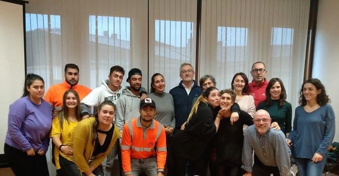 JARDINERÍA. Participantes y profesores del programa, junto al alcalde Juan Manuel Ramón y la concejala Laura Climente.