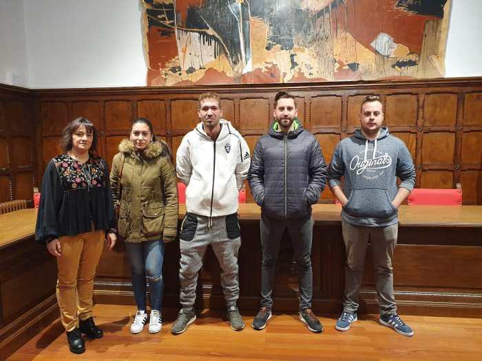 ESPACIOS VERDES. Los jóvenes seleccionados, junto a la alcaldesa, Nuria Pargada.
