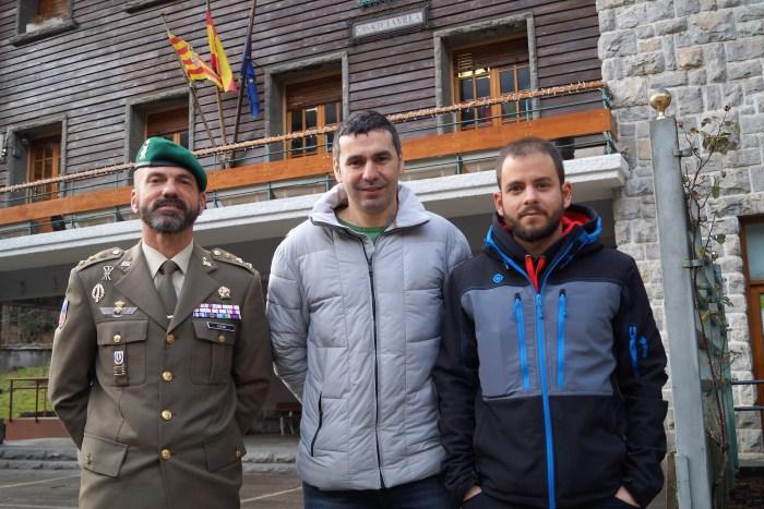 CANFRANC-CANFRANC. De izquierda a derecha, el Coronel Lucas de Soto; el alcalde de Canfranc, Fernando Sánchez, y el director de la carrera, Álex Varela. (FOTO: Rebeca Ruiz)