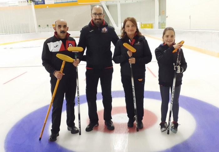 CURLING. Un componente de cada uno de los 4 equipos que presenta el Curling Club Hielo Jaca en el torneo. De izda. a dcha., Domingo Hernández (Blue), Lucas Munuera (Black), Elsa Fumanal (Red) y Aurora Tesa (White).
