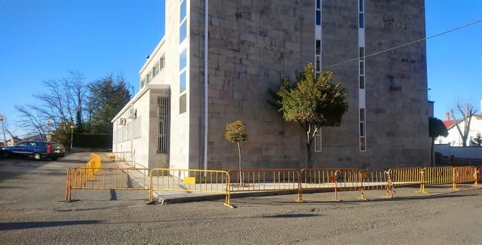 CENTRO DE SALUD DE SABIÑÁNIGO. Deterioro en la fachada. (FOTO: PP Sabiñánigo)