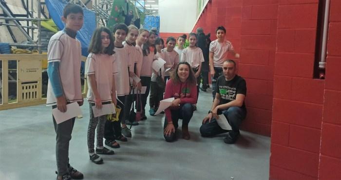 Patricia Ordóñez y Javier Navarro, junto a algunos de los participantes en la primera prueba de escalada de los últimos Juegos Escolares de Aragón.