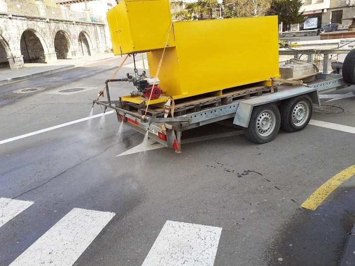 BIESCAS. Un camión desinfecta las calles de la localidadad. (FOTO: Ayuntamiento de Biescas)