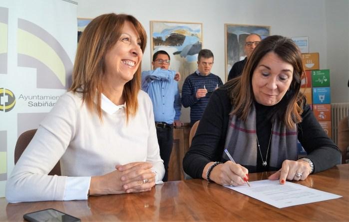 ACTO. Firma de la donación por parte de Eva Nogués y Bertá Fernández (FOTO: Rebeca Ruiz)