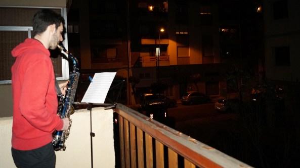 MÚSICOS EN LOS BALCONES. El Himno del Primer Viernes de Mayo se ha escuchado esta noche en muchos balcones y terrazas de la ciudad. (FOTO: Rebeca Ruiz)