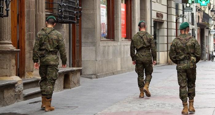 GALICIA 64. Los militares han salido a la calle en Jaca para informar y tranquilizar a la población ante las dudas que puedan surgir. (FOTO: Rebeca Ruiz)