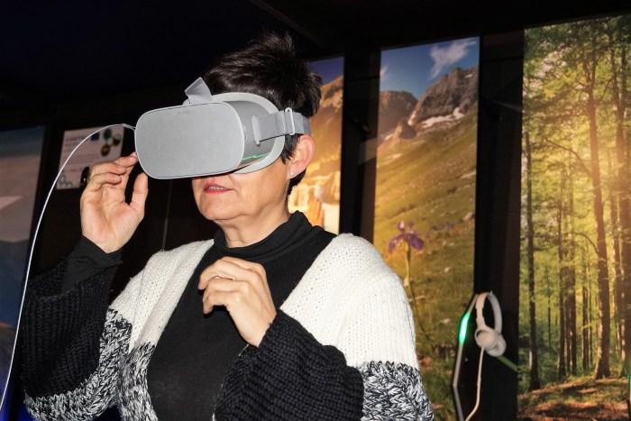 SIMULADOR. Lourdes Arruebo, descubriendo la exposición. (FOTO: Rebeca Ruiz)
