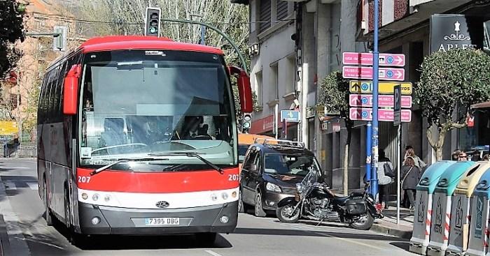 RUTAS. Un autobús de Alosa, a su paso por Sabiñánigo, en una imagen de archivo. (FOTO: Rebeca Ruiz)