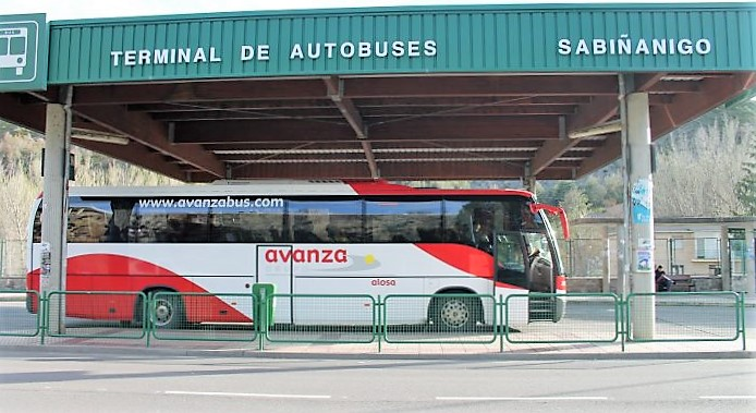 Un autobús de Avanza, en la estación de Sabiñánigo. (FOTO: Rebeca Ruiz)