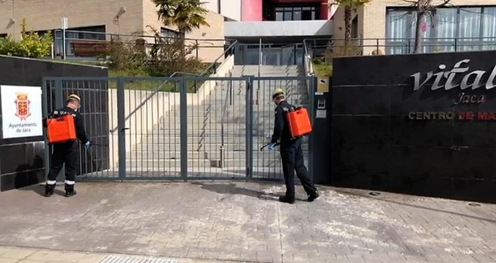 UME. Personal de la Unidad Militar de Emergencias desinfectando la residencia Vitalia de Jaca.