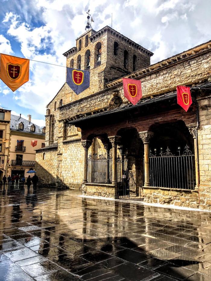 ORGULLO JAQUÉS. Lienzos con el emblema del Primer Viernes de Mayo en las calles y balcones de Jaca, en una imagen de archivo. (FOTO: Ana López Artillo)