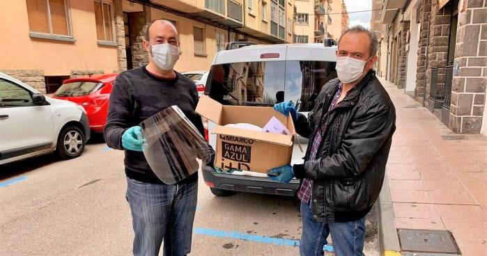 MATERIAL. El teniente de alcalde Javier Acín recoge el material de protección que le entrega el concejal popular Daniel Ventura.