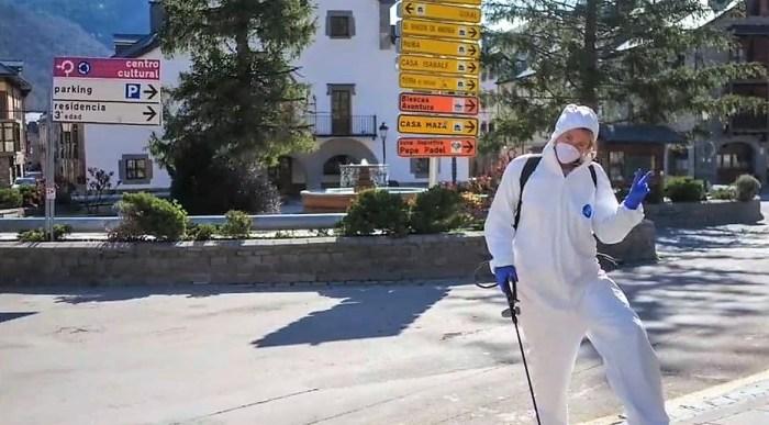 BIESCAS. El coronavirus da una tregua, pero no se puede bajar la guardia. Las tareas de limpieza y desinfección continúan en el municipio.