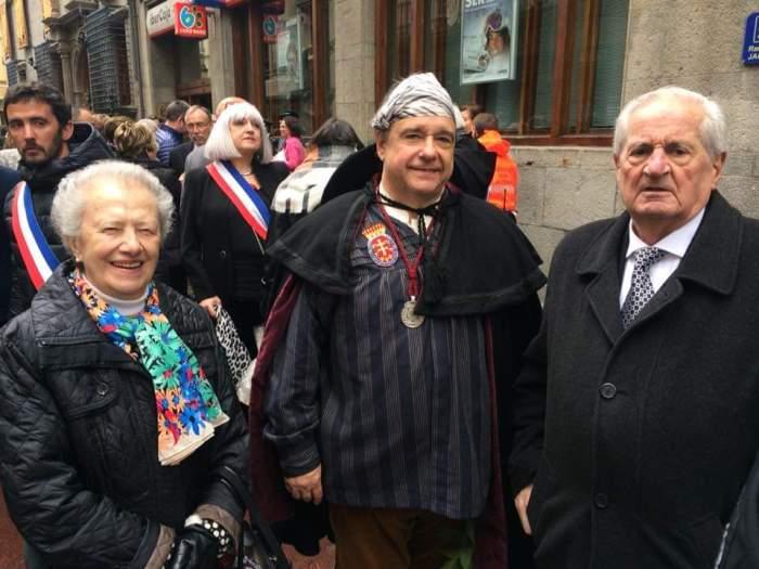 La doctora Yzuel, acompañada por los dos últimos presidentes de la Hermandad, antecesores del actual.