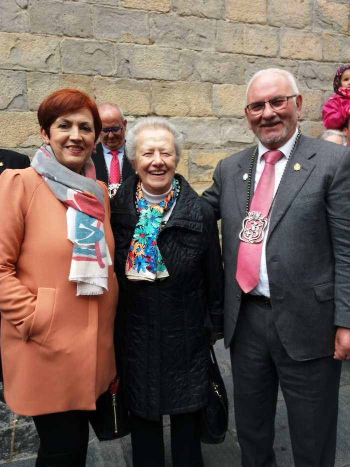Marifí Yzuel, durante el último Primer Viernes de Mayo, con los representantes de la Asociación de Moros y Cristianos de Elche.