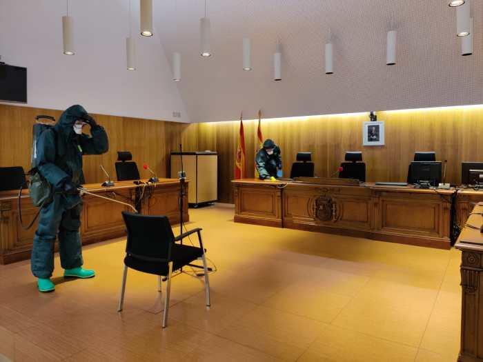 DESINFECCIÓN. Actuación del Regimiento Galicia 64 en los Juzgados de Huesca. (FOTO: RICZM Galicia 64)