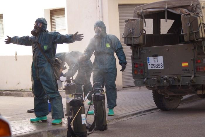 RICZM GALICIA 64. Desinfección de la comisaría de Policía Nacional de Jaca por parte del Regimiento Galicia 64. (FOTO: Rebeca Ruiz)