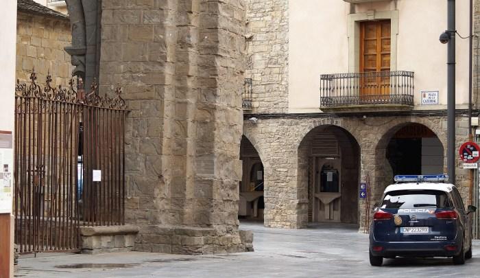 CALLES DESIERTAS. Un vehículo de Policía Nacional, en la Plaza de la Catedral de Jaca, vacía. A partir de este fin de semana, con las salidas autorizadas, comenzará a cambiar el aspecto de las calles. (FOTO: Rebeca Ruiz)